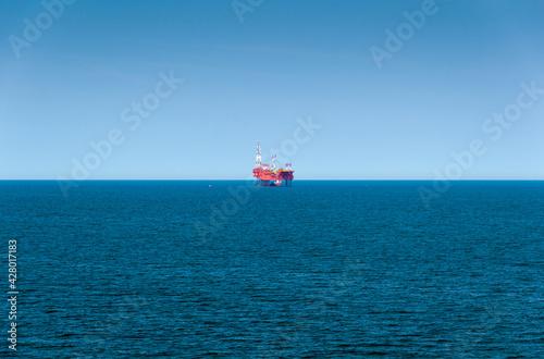 Wieża wiertnicza na morzu szukająca gazu/ Offshore oil drilling rig looking for gas - fototapety na wymiar