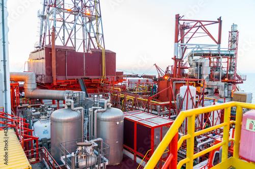 Fototapeta Wieża wiertnicza na morzu szukająca gazu/ Offshore oil drilling rig looking for gas obraz