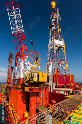 Wieża wiertnicza na morzu szukająca gazu/ Offshore oil drilling rig looking for gas