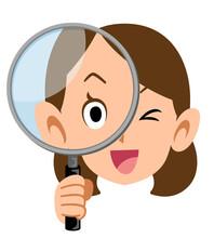 笑顔で虫眼鏡を構える女性
