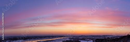 Zimowy zachód słońca z widokiem na panoramę Sandomierza widziany z Gór Pieprzowych, województwo świętokrzyskie