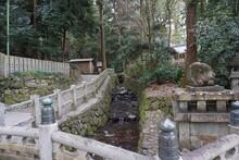 大阪にある枚岡神社の境内を流れる川