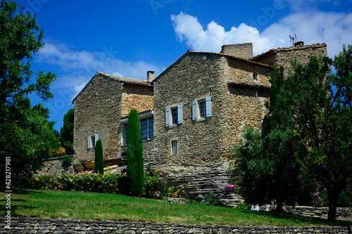 Fototapeta premium prowansja, krajobraz, kammienny dom, błękitne niebo, róże i perowskia, cyprys