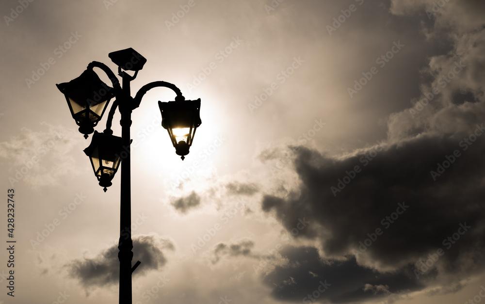 Fototapeta latarnia oświetlona słońcem