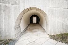 Detailaufnahme Eines Betonierten In Den Fels Gehauenen Zugang Zu Einem Modernen Fahrstuhl Aufzug Wie Der Eines Bunkers Im Berg Mit Dicken Mauern, Deutschland