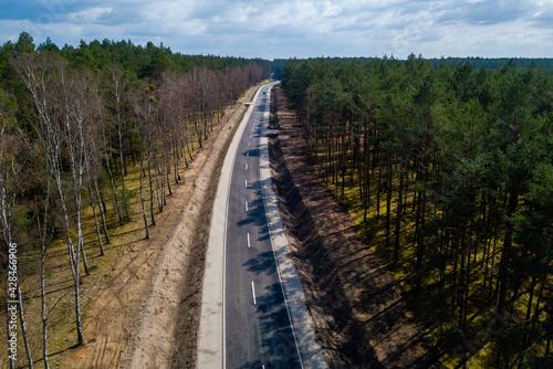 Droga nr 123 w przepięknym otoczeniu drzew i roślinności. - fototapety na wymiar