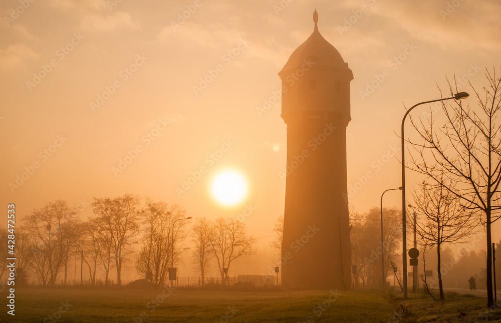 Fototapeta wieża mgła i słońce