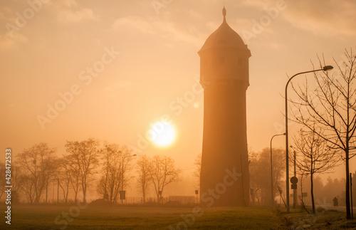 Fototapeta wieża mgła i słońce obraz