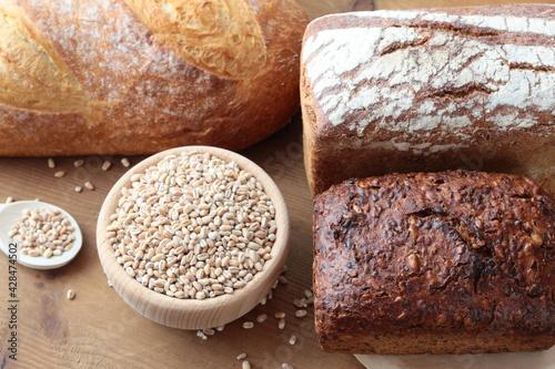 Fototapeta Różne rodzaje chleba i ziarna pszenicy obraz