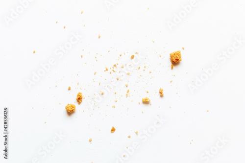Платно sprinkled white bread crumbs close-up
