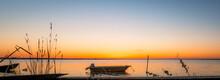 Vue D'un Coucher De Soleil Sur Un étang De La Camargue, Réserve Naturelle Protégée