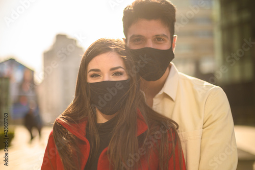 Romantic happy couple wearing masks against coronavirus covid 19 pandemic - fototapety na wymiar