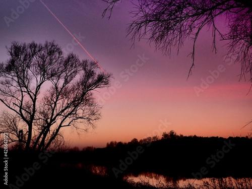 Obraz Zachód słońca nad rzeką. - fototapety do salonu