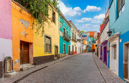 Obraz na plátne Guanajuato, Mexico, Scenic cobbled streets and traditional colorful colonial architecture in Guanajuato historic city center