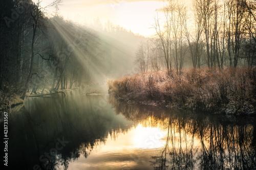 mroźny poranek nad rzeką - fototapety na wymiar