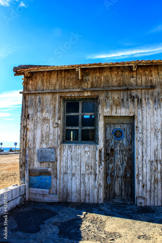 Old abandoned cabin on the beach Fototapet
