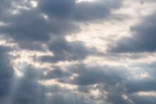 Rayons De Soleil Perçant Un Ciel Menaçant