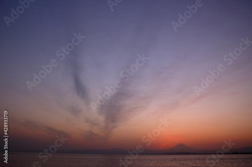 Leinwand Poster 夕暮れの富士山(藤沢市江の島付近から相模湾を挟んで臨む)