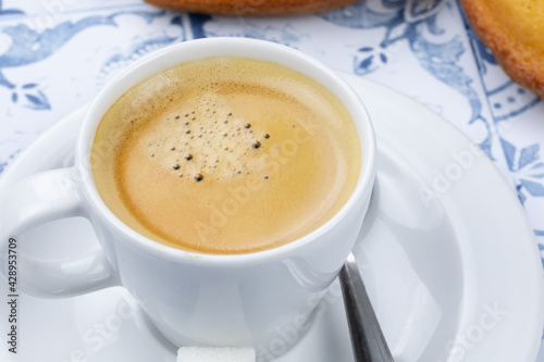 tasse de café et madeleines sur une table Wallpaper Mural