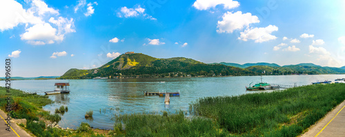 Foto view of the visegrad castle overlooking the danube river in Hungary