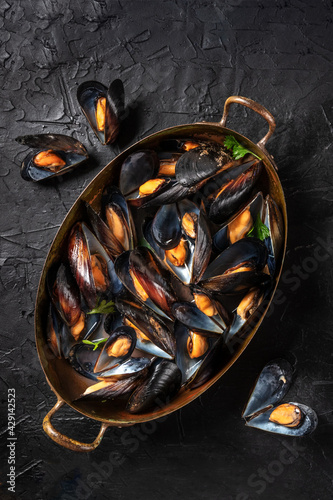 Fotografie, Obraz Boiled mussels, shot from above in a pan