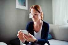 Frau Zuhause Im Wohnzimmer Mit Smartphone