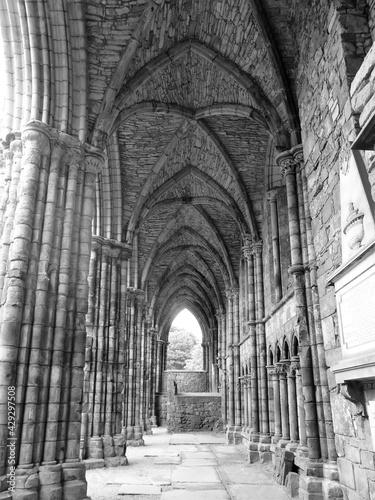 Fotografia Stone arches in Holyrood Abbey, Edinburgh