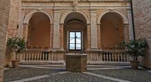 Antico Cortile Con Pozzo Archi E Fnestra Con Panorama