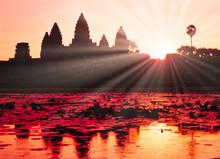アンコールワット寺院の荘厳な夜明け