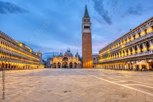 Fotografía An empty St Marks square in Venice with the bell tower and the cathedral at dawn
