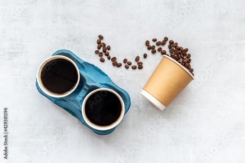 Fotografia Paper coffee cups with coffee beans. Top view