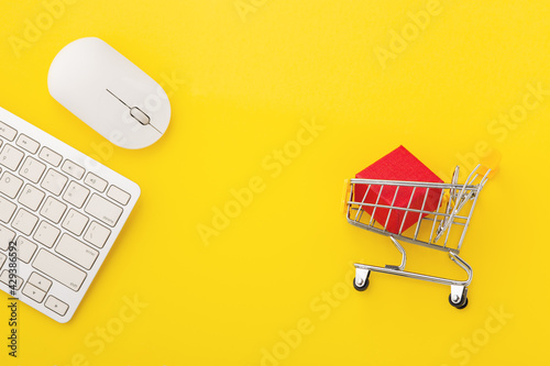 Foto Click and collect concept with computer mouse with box in shopping cart