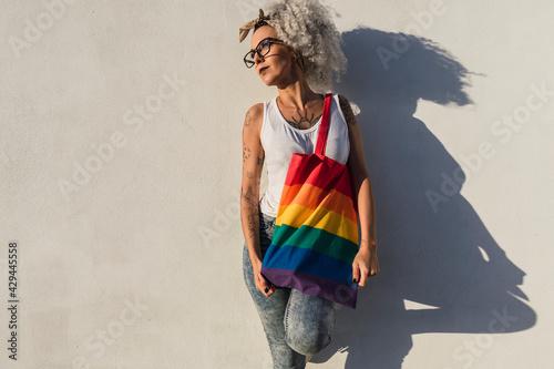 Obraz na plátne Chica delgada con pelo muy rizado delante de pared blanca posando feliz ocn una