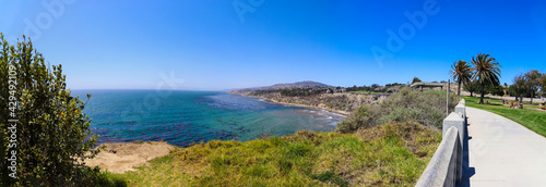 Fotografia a panoramic shot of the coast with vast deep blue ocean water and waves crashing