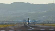 大阪国際空港に着陸する飛行機