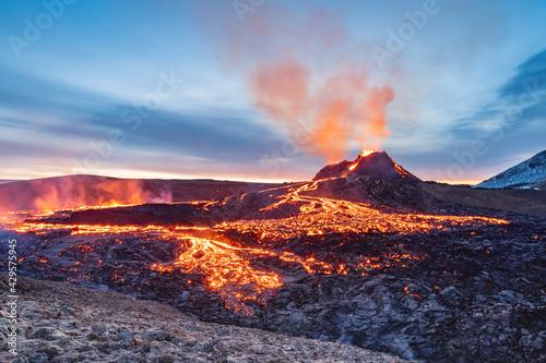Photo fagradalsfjall volcano eruption, iceland, volcano, sunrise light, lava show