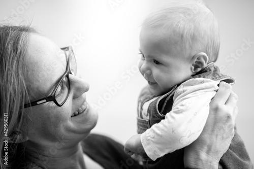 Fototapeta Madre e hija. Retrato en blanco y negro.