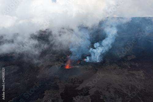 Eruption du Piton de la Fournaise à la Réunion en avril 2021 Wallpaper Mural