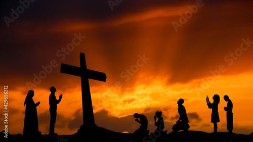 Photo Ludzie modlący się przy krzyżu