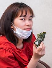 マスクをして食事をする女性