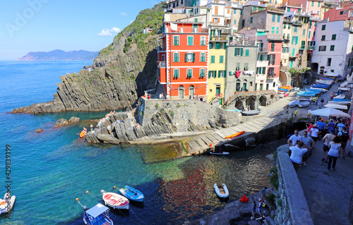 Obraz na plátně Manarola Italy is a very colorful town that hangs on the mountainside with many vineyards and is one of five towns that make up the cinque terre region
