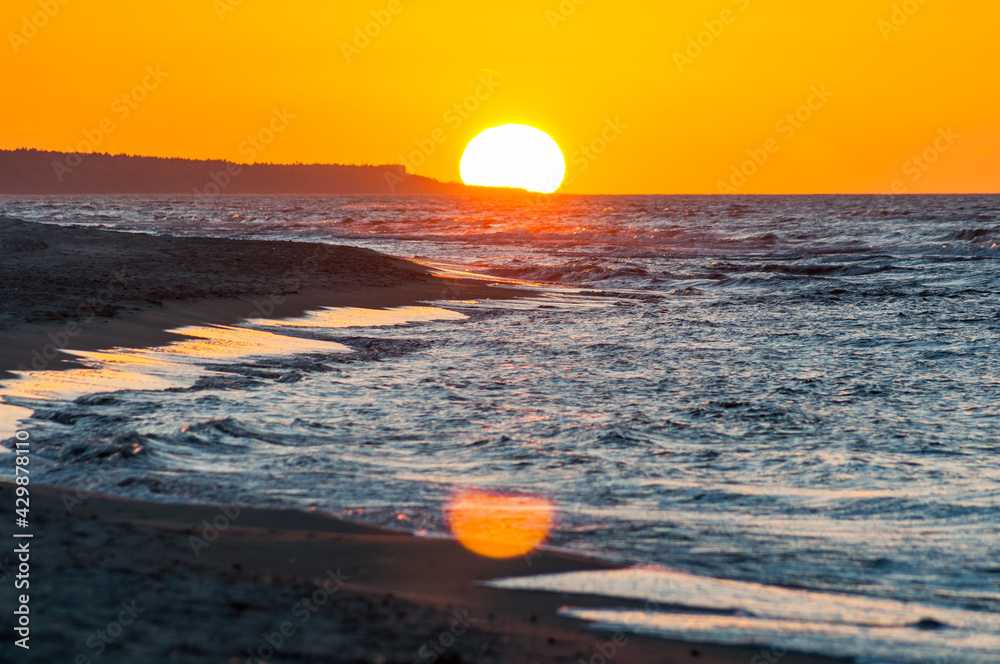 Fototapeta Zachód słońca nad morzem bałtyckim w Trzęsaczu, Polska, Trzesacz