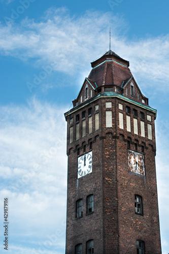 Fototapeta stary budynek z cegły - wieża z zegarem na tle nieba obraz