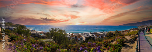 Fotografia a stunning shot of the vast blue ocean water and a hillside filled with homes an