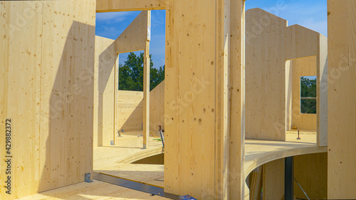 Foto CLOSE UP: Beautiful hardwood real estate project is erected in the countryside