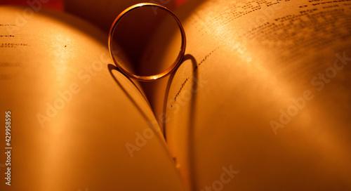 Obraz Książka, obrączka, cień, cozy vibes  - fototapety do salonu