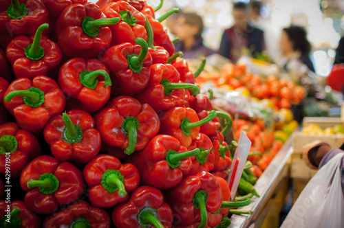 Fotografia Closeup shot of a pile of beautiful red and orange sweet peppers in the market