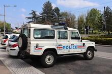 Voiture De Police Tout Terrain 4x4, Land Rover Defender, Devant Le Commissariat, Ville De Vénissieux, Département Du Rhône, France