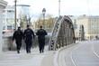 Trzech polskich policjantów na patrolu w miecie.