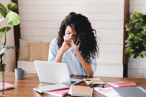 Canvastavla Sick ill young businesswoman asking for sick leave on the phone in office